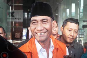 Bupati Kudus, Muhammad Tamzil, mengenakan rompi tahanan KPK.