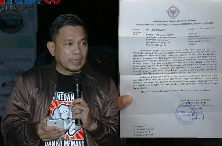 Ketum DPP SPRI yang juga Ketua Dewan Pers Indonesia (DPI), Hence Mandagi, menunjukkan surat dari BPK RI.
