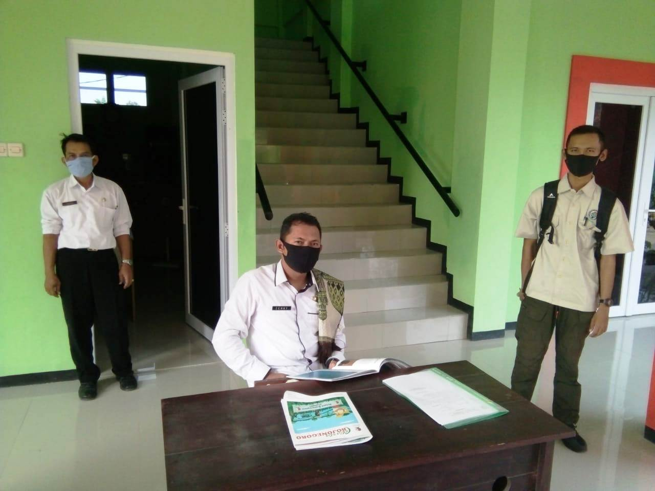 Sekcam Tambakrejo, Zenny Bachtiyar SSTP MSi, seusai jadi imam jamaah sholat Ashar langsung memeriksa laporan kesehatan sesuai hasil thermogun para tamu yang berkunjung di Kantor Kecamatan Tambakrejo, termasuk Wartawan Majalah FAKTA (Ekopurnomo).