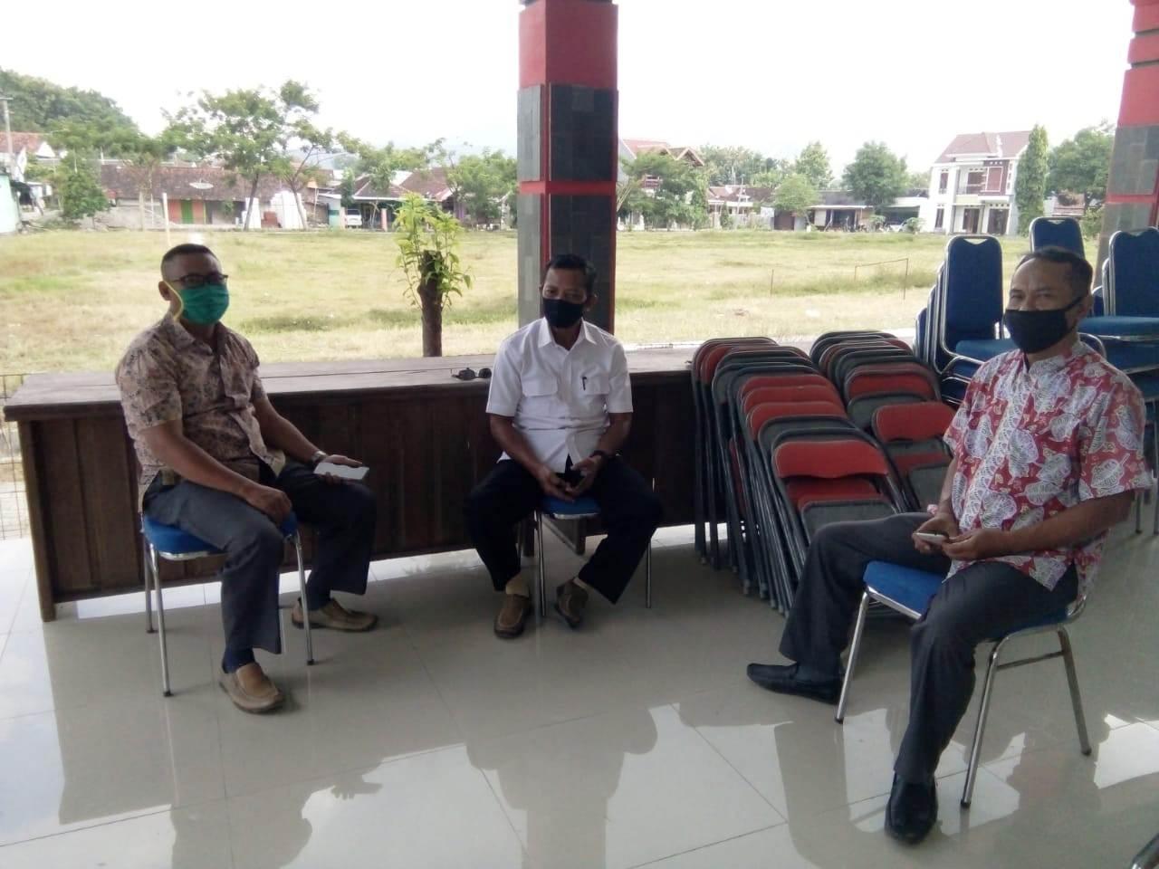 Asper/KBKPH Gondang, Kasmijan (pakai masker hijau), duduk berdampingan dengan Kanit Polsek Gondang serta pegawai Kecamatan Gondang.